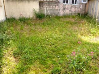 Intervention jardinage dans les espaces verts d'un immeuble varois