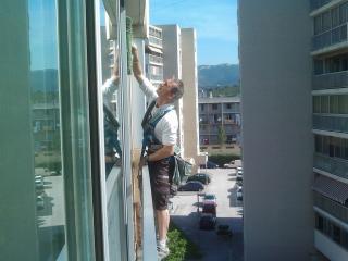 Le nettoyage des vitres en hauteur d'une véranda