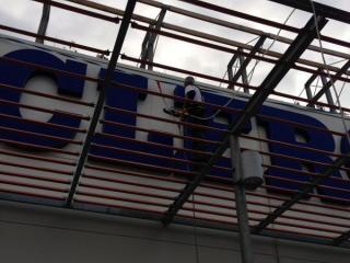 Nettoyage industriel d'une façade de magasin et d'une enseigne