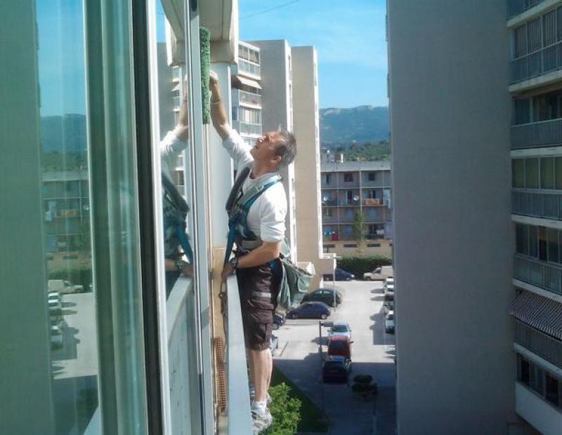 Nettoyage des vitres en hauteur avec nacelle