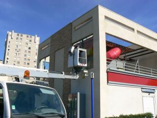 L'entretien des vitres avec un camion nacelle