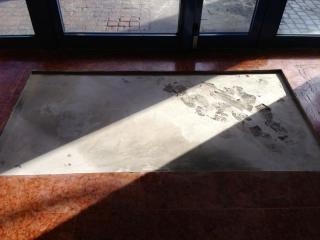 Petits travaux d'immeuble avec ragréage de tapis dans l'entrée
