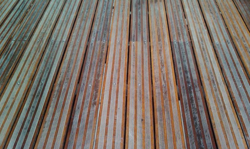 Terrasse extérieure en parquet bois - Traitement par C. Darmanin - La Seyne-sur-Mer (83)